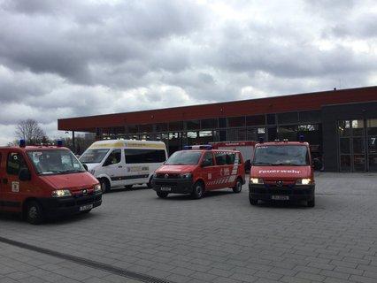 Krankentransportfahrzeuge verlassen die Holzmarktstraße.