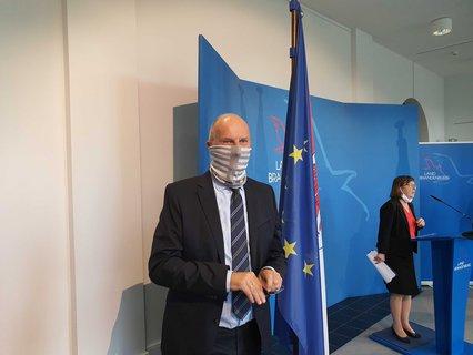Brandenburgs Ministerpräsident Dietmar Woidke (SPD) mit Mundschutz auf der Pressekonferenz im Landtag.