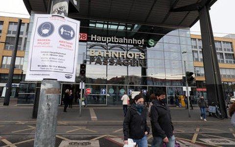 Maskenpflicht am Potsdamer Hauptbahnhof.