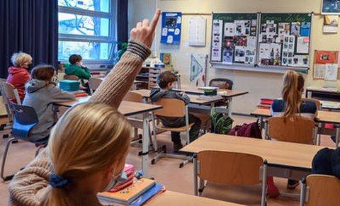 Kinder in einer Grundschulklasse.