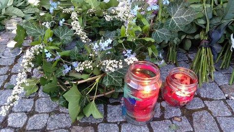 Kinder haben beklebte Gläser mit Kerzen aufgestellt.