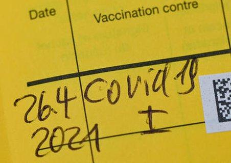 Impfausweis mit eingetragener Corona-Impfung.