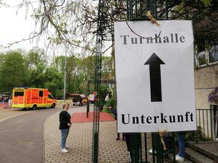 Schilder weisen den Weg zum Ausweichquartier am Bisamkiez.